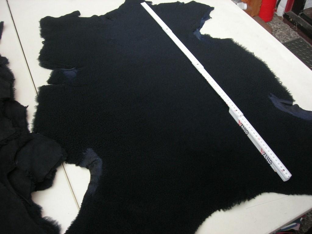 Lammfellvelour blau-schwarz (O192250BS) gelockt.