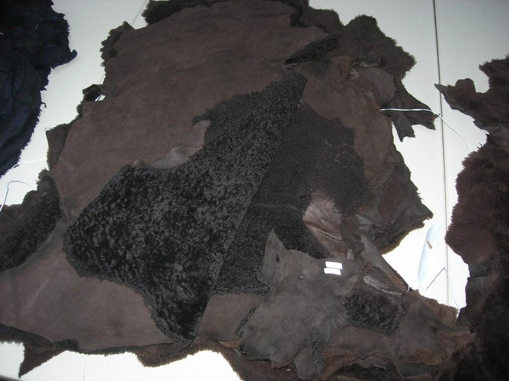 Lammfellvelour dunkelbraun (O192250B)  gelockt.